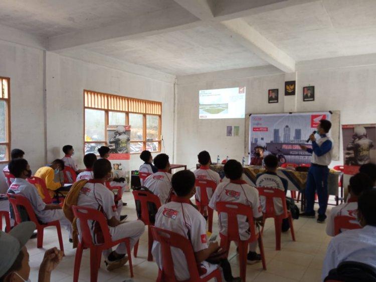 Sambangi SMKS Teknologi Balam Rohil, Tim Safety Riding Capella Honda Riau Sebar Ilmu Keselamatan Berkendara