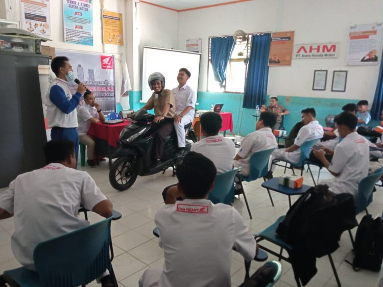 Jadi Generasi Cari_aman di Jalan, Siswa SMKN 1 Bangkinang dapat Bekal Safety Riding dari Capella Honda Riau